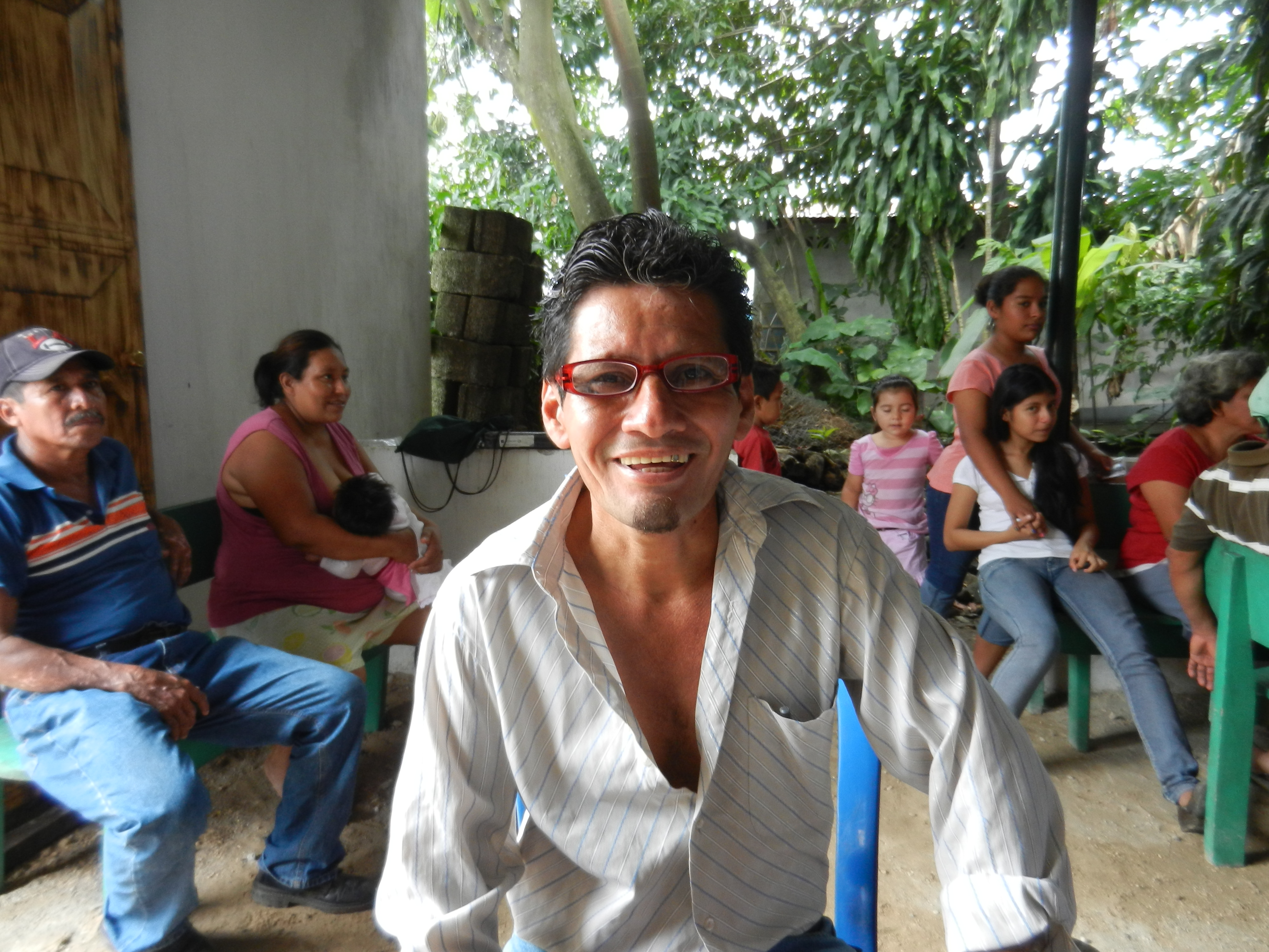 A gentleman happy to have received a pair of glasses at the Santo Domingo Suchitepéquez clinic.